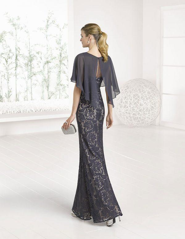 Vestido largo con encaje y capa