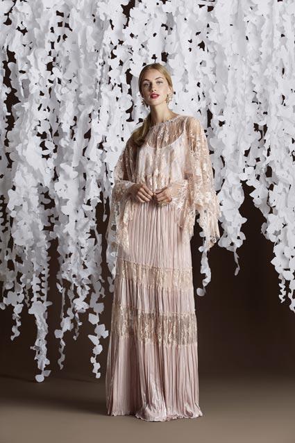 Falda larga con puntilla y top liso con capa bordada