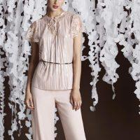 Pantalón palazzo con blusa romántica rosa nacarado