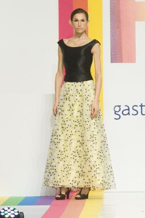 Falda larga de organza de seda sembrada en flores amarillas y con corpiño negro.