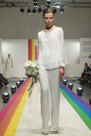 Pantalón ancho con blusa para una novia informal y diferente