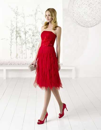 Vestido corto de tul y capeado color rojo