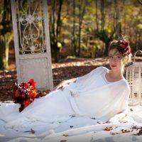 Vestido de novia con tirantes y capa. Broche de pedrería